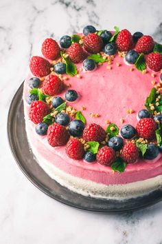 En himmelsk islagkage med kiksebund, hvid chokolade is, hindbær is og frisk frugt. En fantastisk sommerdessert som mætter mange munde – og hvem elsker ikke is?