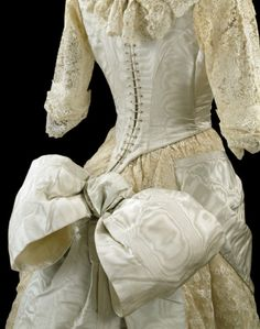 Ball gown by unknown maker, Great Britain. Moiré silk overlaid and trimmed with machine lace, and lined with silk, cotton and whalebone. © Victoria and Albert Museum, London. 1880s Fashion, Edwardian Fashion, Vintage Fashion, Vintage Gowns, Vintage Outfits, Style Édouardien, Club Style, Bustle Dress, 19th Century Fashion