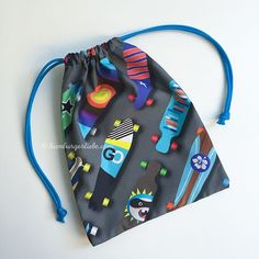 Small Bag or Gift Bag Tutorial ~ DIY Tutorial Ideas! Sew small bags yourself as a gift bag or whatever. Drawstring Bag Diy, Drawstring Bag Tutorials, Diy Tote Bag, Diy Coin Purse, Coin Purse Tutorial, Zipper Pouch Tutorial, Cosmetic Bag Tutorial, Diy Bags Tutorial, Diy Accessoires