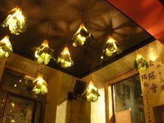 Majong. Bar im schrägen Orientlook mit Kultstatus. Hier trifft sich die Avantgarde der Theater- und Kunstszene und amüsiert sich auch mal am Kicker. | Bairro Alto | Rua da Atalaia 3 | Metro (blau, grün) Baixa-Chiado