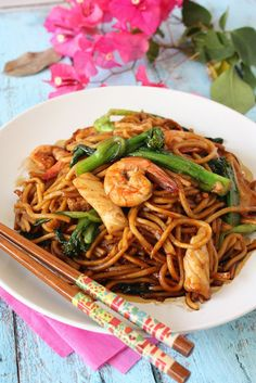 Chow mien with shrimp and squid