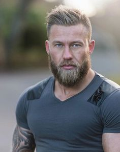 Mens grey hair hubby haircut in 2019 skæg og hår, skæggede m Hairy Men, Bearded Men, Men Beard, Bart Styles, Viking Haircut, Barba Grande, Great Beards, Face Men, Beard Tattoo