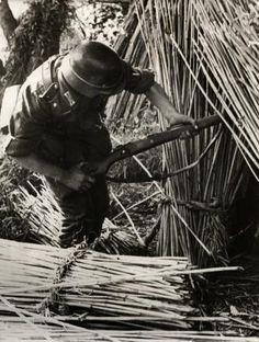 Spaarnestad Photo/SFA022803847 Tweede Wereldoorlog, landoorlog Oostfront. Een Duitse soldaat vindt een verlaten Russische schuilplaats tijdens een patrouille langs de monding van de Dnjepr-rivier. Rusland/Sovjet-Unie, Oekraïne, 15 oktober 1941.