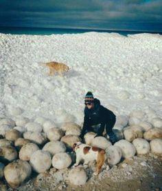 A guardare le foto del lago Michigan sembra che sia appena finita una battaglia a palle di neve tra giganti: massi di ghiaccio grandi come palloni da basket galleggiano sulla superficie dell'acqua, creando un effetto quantomeno insolito e innaturale.