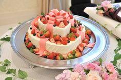 ハート&リボンのウェディングケーキ:(ウエディングケーキ:生ケーキ,ハート型,リボン,ラブリー,クリーム,イチゴ,ベリー,フルーツ,2段)
