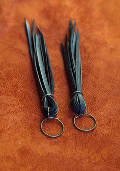 Dit paar oorbellen van de rand is gemaakt van stukken van fiets binnenband gebonden samen met een bronzen jump ring opknoping van een eindeloze bronzen hoepel 3/4 inch. Ze meten ongeveer 5 1/2 van de top van hoepel aan langste rand.  De hoepels kunnen gedragen worden door middel van een stekker hallow zoals gezien in de 4e foto of een standaard 18 gauge piercing. U ontvangt het paar afgebeeld in de eerste 3 fotos.  Bekijk de aanbieding voor Fringe fiets buis oorbellen die gebruikmaakt van…