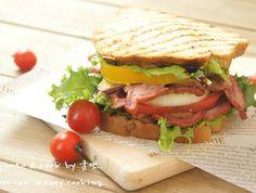 눈물나게 맛있는 훈제오리로 만든 특별한 샌드위치