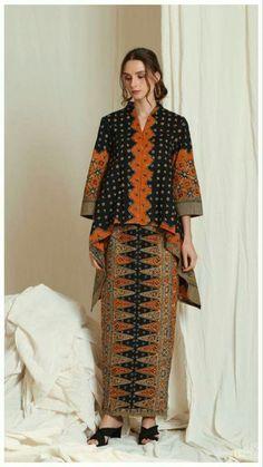 Holy crap this is ugly! Kebaya Lace, Kebaya Hijab, Kebaya Dress, Batik Kebaya, Traditional Fashion, Traditional Outfits, Muslim Fashion, Hijab Fashion, Blouse Batik Modern