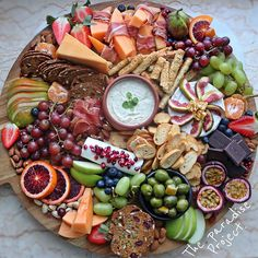 30 Awesome Vegan Party Food Ideas A good party or get together needs great food! This collection of Awesome Vegan Party Food Ideas is sure to impress your guests. Plateau Charcuterie, Charcuterie And Cheese Board, Charcuterie Platter, Cheese Boards, Meze Platter, Hummus Platter, Snacks Für Party, Appetizers For Party, Appetizer Recipes