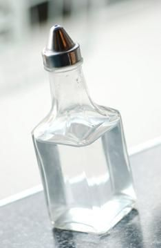 Ideally, housekeeping should be quick, easy and affordable. You can save money by making homemade cleaners out of household ingredients like vinegar. Vinegar costs only a few dollars for a large bottle and is used in many cleaning solution recipes. Diy Cleaning Products, Cleaning Solutions, Cleaning Hacks, Cleaning Supplies, Cleaning Quotes, Cleaning Agent, Cleaning Spray, Cleaning Humor, Cleaning Vinegar