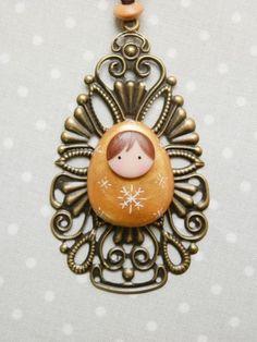 Nouveauté!!!  Jolie pampille Décorative en forme de goutte en métal filigrané  avec sa petite poupée russe d'Hiver ,modelée en pâte polymère doré peinte de doux flocons  - 19259813