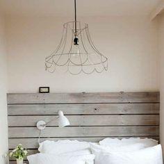Europalette als Kopfteil – nachhaltige DIY Betten -- aber erst der Lampenschirm :D | via freshideen.com