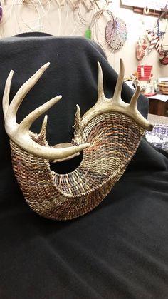 #palets #pallets #palletfurniture #palletwood #reciclar Paper Weaving, Weaving Art, Hand Weaving, Antler Crafts, Antler Art, Old Baskets, Wicker Baskets, Basket Weaving Patterns, Pine Needle Baskets