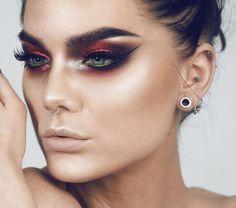 Get The Halo Eyeshadow Look With These Tips & Gorgeous Inspo - Isa Irwisch - Eye-Makeup Eyeshadow Tips, Natural Eyeshadow, Eyeshadow Looks, Eyeshadow Makeup, Eyeliner, Makeup Cosmetics, Halo Eye Makeup, Dramatic Eye Makeup, Dark Makeup