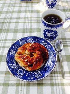 Kaneelbroodje met kruiden thee