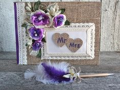 Livre d'or mariage jute dentelle fleurs mauves et stylo Mr Mrs, Pen Sets, Wedding Guest Book, Purple Flowers, Jute, Wedding Ceremony, Burlap, Feather, Romantic