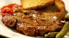 K perfektně opečenému masu opravdu stačí jen minimum dalších ingrediencí – k této krkovičce se skvěle hodí poctivá topinka, pikantní ajvar a kyselé okurky! Steak, Food And Drink, Cooking Recipes, Health, Recipes, Diet, Health Care, Chef Recipes, Steaks
