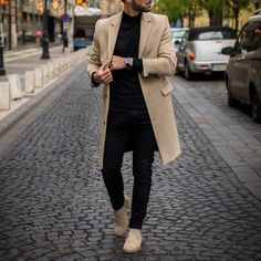 Choosing The Right Men's Leather Jackets. A leather coat is a must for every single guy's closet and is also an excellent method to express his personal design. Beige Chelsea Boots, Chelsea Boots Outfit, Streetwear, Men With Street Style, Herren Outfit, Winter Wear, Mens Winter, New Wardrobe, Bollywood Fashion