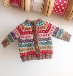 Sweater handmade for Blythe. Doll Shoe Patterns, Barbie Patterns, Clothing Patterns, Cardigan Multicolor, Striped Cardigan, Knitting Dolls Clothes, Knitted Dolls, Crochet Shoes Pattern, Noel Christmas
