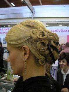 Szőke fürtös konty Digital Camera, Dreadlocks, Hair Styles, Earrings, Beauty, Fashion, Hair Plait Styles, Ear Rings, Moda