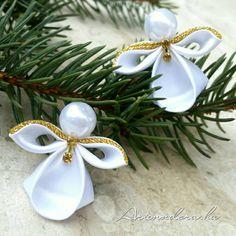 Hviezdička je vyrobená technikou kanzashi, pri výrobe sú p - Crochet Brazil Custom Christmas Ornaments, Handmade Ornaments, Christmas Angels, Diy Christmas Videos, Christmas Crafts, Christmas Decorations, Ribbon Projects, Ribbon Crafts, Fabric Ornaments