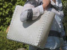 Shopping Bag Linien Design hat Funktionalität und genügend Stauraum, um Ihre großen und kleinen Einkäufe sicher nach Hause zu bringen. Sehen und gesehen werden mit dieser stylischen Einkaufstasche.