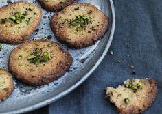 Lakritsa-valkosuklaa-pähkinäleivät Baked Potato, Sweets, Baking, Breakfast, Ethnic Recipes, Desserts, Food, Christmas, Morning Coffee