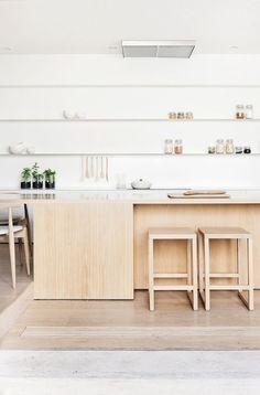 weiße Küchenzeile  und Essmöbel aus hellem holz