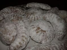Medvedie labky Slovak Recipes, Sugar, Bread, Cheese, Cookies, Desserts, Fours, Basket, Kitchens