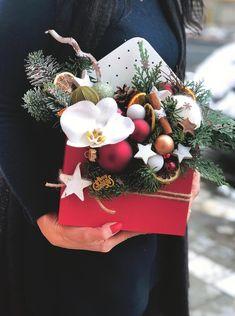 Christmas Flower Arrangements, Christmas Flowers, Christmas Centerpieces, Xmas Decorations, Christmas Holidays, Christmas Wreaths, Christmas Crafts, Christmas Ornaments, Primitive Christmas