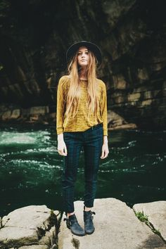 Casual cool style // Love the top and the brimmed hat