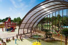 Camping la Sirène : Une #piscine couverte et chauffée de 620 m² dédié aux #enfants, jets d'eau, #toboggans, mur d'escalade. A l'extérieur une nouvelle plaine de jeux fera le bonheur de vos chérubins.