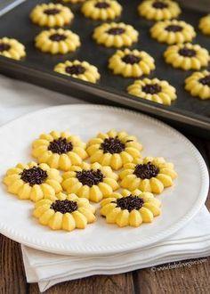 Lemon Sunflower Spritz Cookies: for a party, shower, etc. Sunflower Cookies, Sunflower Party, Spritz Cookies, Cake Cookies, Almond Cookies, Tea Cakes, Cookie Recipes, Dessert Recipes, Lemon Desserts