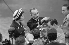 Travel Of Princess Soraya In United States. Etats-Unis, 24 mai 1958, la princesse Soraya Esfandiari BAKHTIARI était jusqu'à présent la seconde épouse et reine consort de Mohammad Reza Pahlavi, Shah d''Iran. Après son divorce, elle passe quelques jours aux Etats-Unis. Ici sur la passerelle d'un bateau, vue de profil, devant des photographes, elle regarde un homme qui indique une direction.