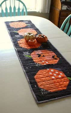 Simple, scrappy patchwork pumpkin pillow and table runner tutorial - an easy, quick Fall/Halloween DIY quilt decor project. Table Runner Tutorial, Table Runner Pattern, Table Runner And Placemats, Quilted Table Runners, Halloween Quilts, Fall Halloween, Halloween Party, Halloween Sewing, Halloween Signs