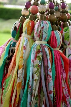 Fabric tassels with vivid colors, made of thin strips of fabric and ornated with beads on the top. They can be used for decoration, or for curtains Diy Tassel, Tassels, Sewing Projects, Craft Projects, Diy And Crafts, Arts And Crafts, Little Presents, Passementerie, Fabric Jewelry