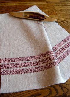 Torchon tissé à la main conçu et tissé avec une nervure traditionnelle modèle à l'aide de dessins de sergé canneberge sur un fond en lin naturel non teint cotlin fils d'armure. COTLIN laine est filée avec 60 % Lin et 40 % coton produisant une laine qui est à la fois beau, absorbant et long portant. Ce fil est fabriqué avec des fibres de haute qualité qui ajoutent à la beauté et la longévité du textile. Ce textile est doux et absorbant et encore très robuste et longue portant. Serviette…