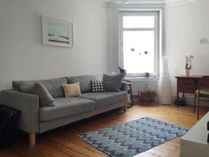 Helles Gemtliches Wohnzimmer In Hamburg Mit Grauer Couch Und Parkettboden Wohnung