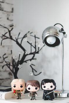 Funko Pop de personagens da série Game Of Thrones (GOT): Daenerys Targaryen, Arya Stark e Jon Snow.