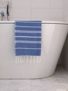 This small hammam towel is quite nice as tea towel or guest towel. Also useful as an extra towel, for example in the sauna. Guest Towels, Tea Towels, Bunt, Bath Mat, Home Accessories, Blue And White, Blanket, Home Decor, Marine Blue