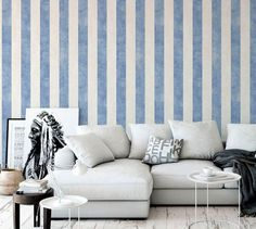 Carta da parati a righe blu effetto lino Modern Living, Couch, Furniture, Home Decor, Houses, Settee, Decoration Home, Sofa, Room Decor