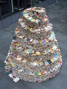 Hervé du Festivalbd Guyancourt partage avec nous cette belle tour de Babel en livres réalisée par Jakob Gautel.