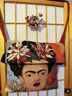 il gobelin col ritratto è doppiato allinterno con stoffa in cotone-misto lino con fiori deliziosamente in accordo coi fiori di frida, mentre il