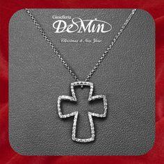 Croce in oro bianco con diamanti. Gioielleria De Min ti aspetta con la collezione Donnaoro a Santa Giustina presso il Centro Quadrifoglio.