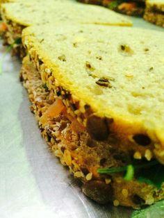 Pełnoziarnista kanapka z łososiem #lunch #omnomnom