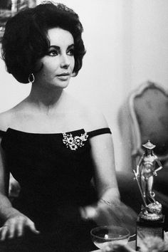 Elizabeth Taylor and her trophy during the ceremony in January 1962 in Rome, Italy.