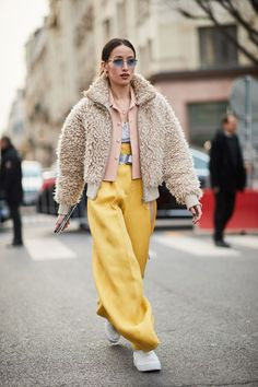 The Latest Street Style From Paris Fashion Week Who What Wear Top Street Style, Autumn Street Style, Street Styles, Street Style 2018, Street Style Trends, Look Fashion, Fashion Outfits, Womens Fashion, Fashion Fashion