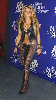 Shakira Dance, Shakira Style, Shakira Outfits, Female Guitarist, Female Singers, Beautiful Celebrities, Beautiful Women, Shakira Mebarak, Hot Country Girls
