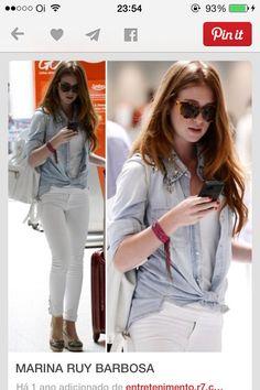Calça branca, blusa branca, camisa jeans, mochila de couro e óculos tartaruga (sugestão miu miu)