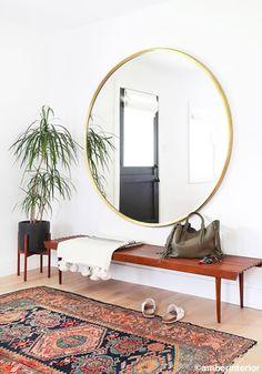 Miroir rond à l'entrée